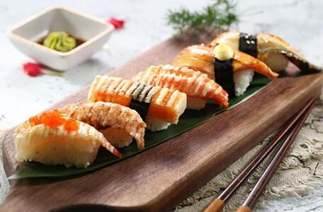 大雄寿司盘中餐,美味醋饭齿留香,粒粒皆扶桑(米)。