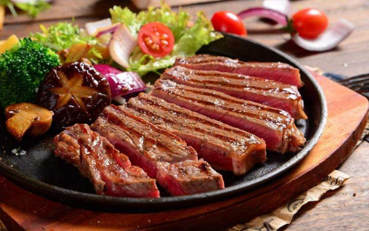 佐客牛排西餐七分熟切盘