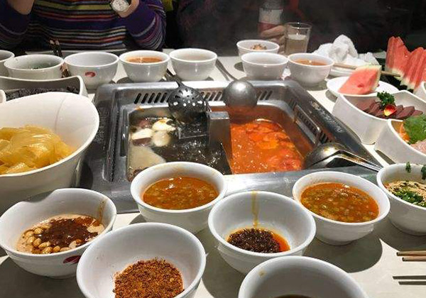海底捞火锅丰盛的桌面